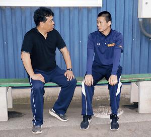 父・晋松監督(左)と話す高田