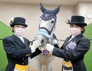 オークスで誘導馬に騎乗する海野優里さん(左)と外川ひかるさん
