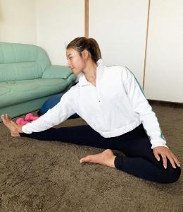 自宅でストレッチをする松田(提供写真)