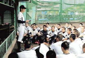 山本部長(左)の訓示を真剣な表情で聞く磐田東ナイン