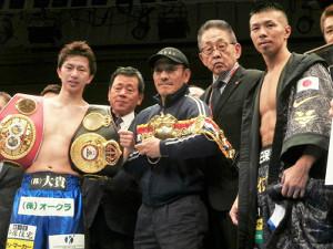 昨年12月、田口良一(左)の引退式で内山高志(右)らと記念撮影する渡辺均ワタナベジム会長(右から2人目)