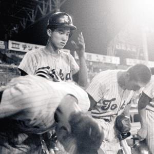 74年8月、準々決勝の鹿児島実戦で敗れ、甲子園を後にする原(後方左)ら東海大相模ナイン