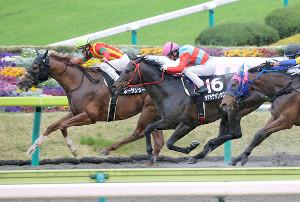 4月のラジオ福島賞でボーサンシーに騎乗し優勝した中谷雄太騎手(左)