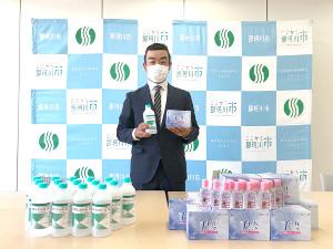 22日、アルコール消毒液を地元の小中学校に寄贈した男子ゴルフの時松隆光選手会長