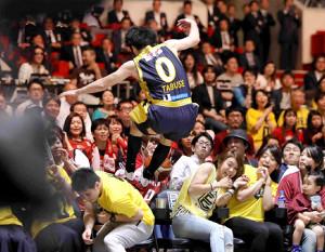 第4クオーター、ライン際のボールを取ろうと客席に突っ込む栃木・田臥