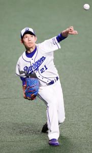 ユニホーム姿でキャッチボールする中日・岡田