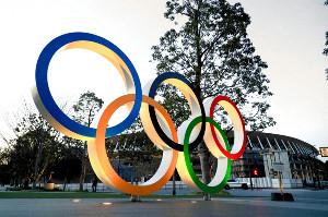 国立競技場前に設置された五輪マークのモニュメント