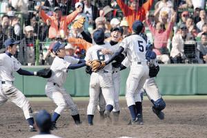 大垣日大との決勝戦を制し、選抜初優勝を決めた常葉菊川ナイン
