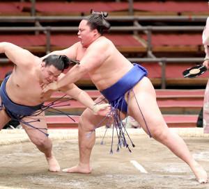 春場所で千代の海(左)を押し倒しで下し、十両優勝を決めた琴勝峰