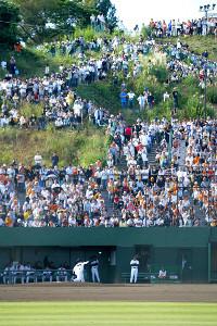 06年9月24日、巨人ラスト登板となったイースタン・リーグの湘南戦に先発した桑田。たくさんファンがジャイアンツ球場に詰めかけ、スタンドに入りきれなかった人々が丘の斜面にまで立ち入り最後の姿を目に焼きつけた