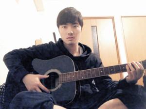 ギターを練習する石橋遼大