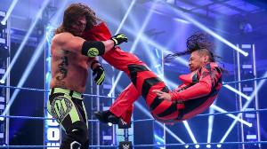 AJスタイルズ(左)を攻める中邑真輔(C)2020 WWE, Inc. All Rights Reserved.