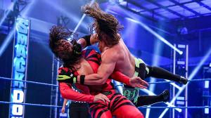 中邑真輔(左)にフェノメナルフォアアームを叩き込むAJスタイルズ(C)2020 WWE, Inc. All Rights Reserved.