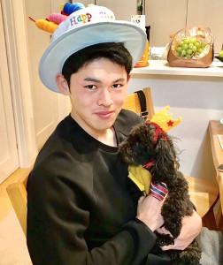 愛犬のラムちゃんを抱いて笑顔を見せる佐々木朗(球団提供)