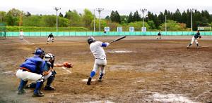 練習試合をする盛岡大付と専大北上の選手たち(カメラ・有吉 広紀)
