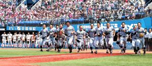 夏の神奈川大会で優勝し応援席に駆け出す東海大相模ナイン