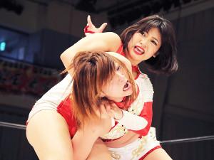 2018年4月、仙台女子プロレスに参戦し関節技をかける木村花さん(上)