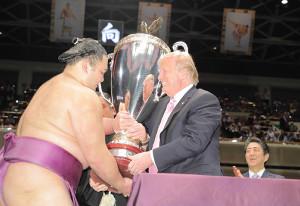 昨年夏場所千秋楽、大統領杯を朝乃山に手渡すトランプ大統領