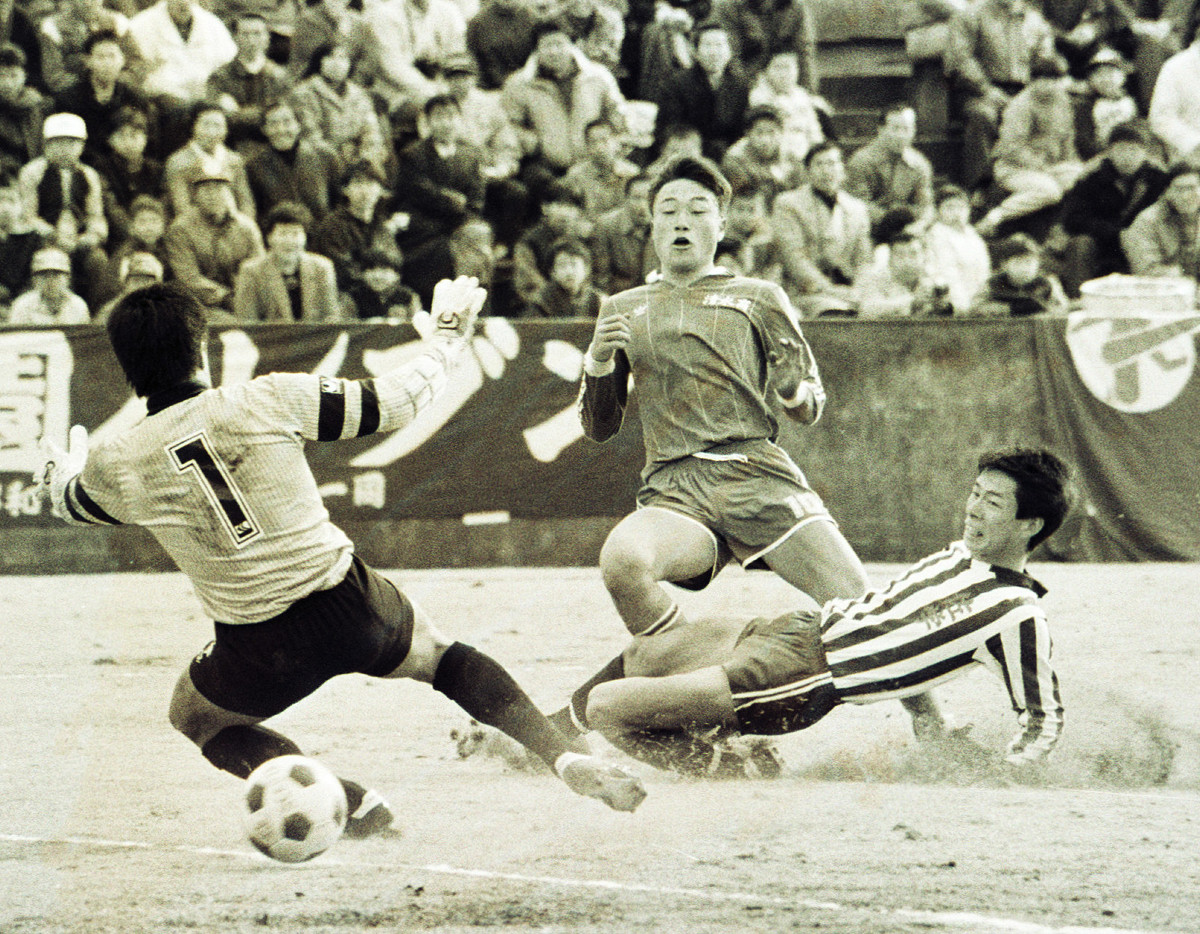 佐賀学園戦でゴールを決めた青嶋(中)(86年1月3日撮影)