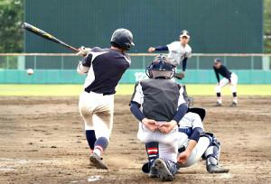 練習試合を行う黒沢尻工と久慈東の選手たち