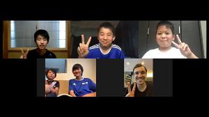 山梨の小中学生とオンラインで交流した甲府・ハーフナー(右下)(UDN SPORTS提供)