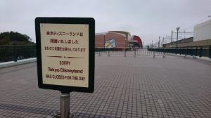 TDRの大型グッズショップ「ボンボヤージュ」(後方)も休業中