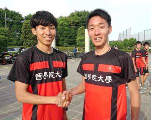 昨年の関東学生対校選手権男子2部5000メートルと1万メートルで日本人トップになった浦野雄平(左)と同ハーフマラソンで優勝した土方英和