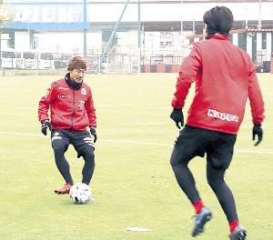 ボール回しをする札幌MF白井(左)(写真提供・コンサドーレ札幌)