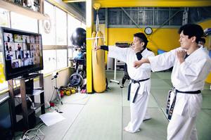 オンラインで空手授業を行う宮崎代表(左)と森