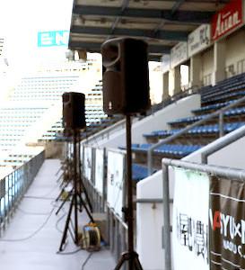 ヤマハスタジアムのゴール裏に置かれたスピーカー
