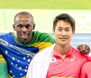 リオ五輪男子400メートルリレー決勝で、優勝したジャマイカのボルトと記念撮影をする飯塚翔太