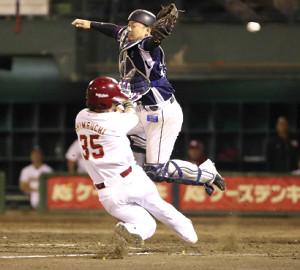 2019年5月28日 楽天7―2西武 7回2死満塁、投手・平井克典が二塁に牽制球を投げる間に本塁への盗塁を成功させる三塁走者の島内宏明。捕手は森友哉