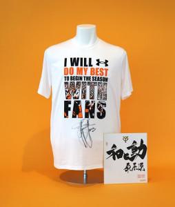 「WITH FANS」プロジェクトの一環として出品された巨人首脳陣のサイン入りTシャツ(球団提供)