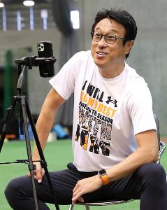 17日に球団インスタライブに出演した巨人・宮本和知投手チーフコーチ(球団提供)