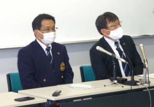 臨時理事会後に会見を開いた栃木県高野連の菅野光広会長(左)と藤田光明理事長