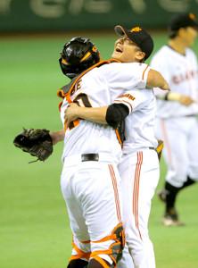 ノーヒットノーランを達成し、阿部(左)と抱き合って喜ぶ杉内(2012年05月30日・東京ドーム、カメラ・相川 和寛)