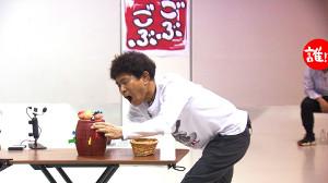 MBSテレビ「ごぶごぶ」で黒ひげ危機一髪をする浜田雅功(MBS提供)
