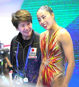 乾(右)と笑顔で話をする井村HC