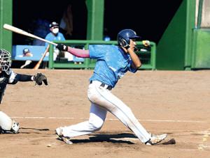 8回2死満塁、走者一掃の適時三塁打を放つ富良野の伊藤