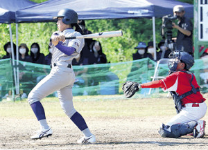 3回2死二、三塁でチーム初得点となる中前適時打を放つ花巻東・堀