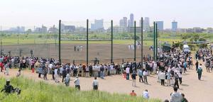 13年、長嶋茂雄終身名誉監督が多摩川グラウンドを訪れ多くのファンが集まった