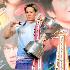 SG初優勝し、メダルとトロフィーを持つ篠崎仁志