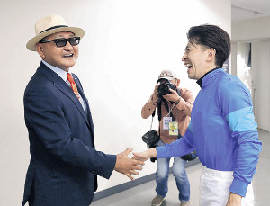 満面の笑みを浮かべる福永(右)と矢作調教師