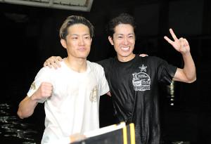 SG初制覇を達成した篠崎仁志(左)を兄の元志が祝福