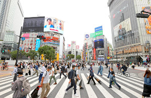 「緊急事態宣言」が全面解除となり、人が行き交う渋谷スクランブル交差点(5月26日)
