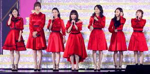 AKB48の「神7」と言われた(左から)渡辺麻友、篠田麻里子、大島優子、1人おいて前田敦子、板野友美、高橋みなみ