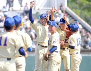 昨年7月の石川大会決勝で優勝して喜ぶ奥川(中央)ら星稜ナイン