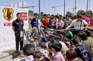 サッカーW杯フランス大会。日本代表・岡田武史監督が代表22人枠を明らかにし、三浦知良、北沢豪、市川大祐の3選手の落選を発表した