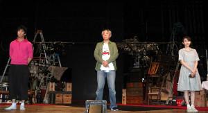 2メートルの距離を取って取材会に出席した(左から)永島敬三、入江雅人、井上小百合
