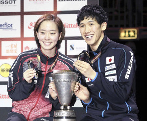 混合ダブルスで優勝し笑顔を見せる石川佳純と吉村真晴